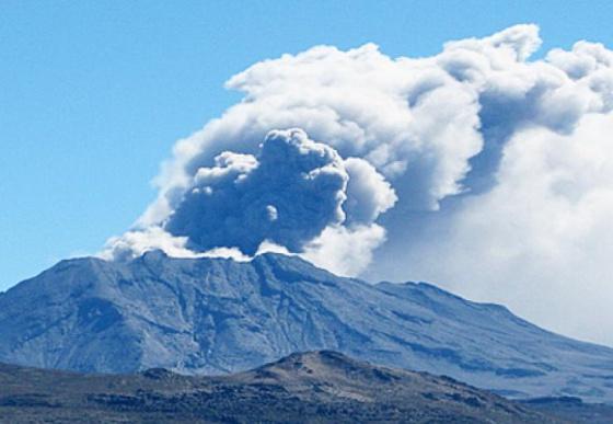 Un volcán en Perú lanza una columna de humo de 4.000 metros