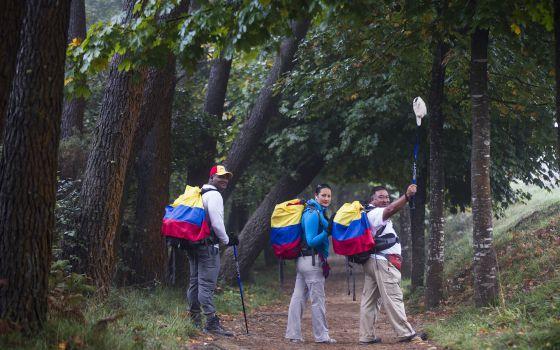 Un exparamilitar, una exguerrillera y una víctima, en la Ruta Jacobea, Colombia.