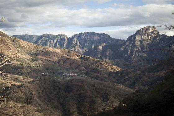 La Tuna, el pueblo del Chapo Guzmán, entre dos lomas de la sierra