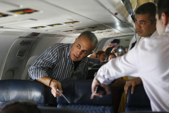 Manuel Rosales, a la izquierda, antes de aterrizar en Maracaibo