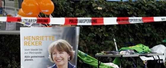La policía acordonó la zona donde fue atacada este sábado Henriette Reker en Colonia.