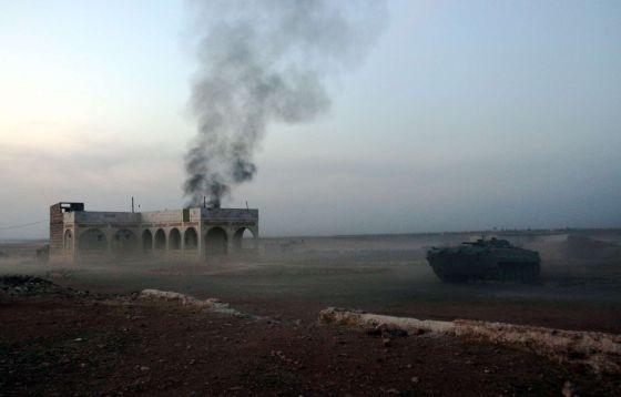 Un tanque usado por facciones opositoras en el monte Azzan, a 24 kilómetros de Alepo, durante combates contra fuerzas del régimen este domingo.