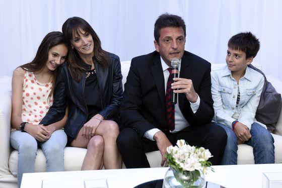 El candidato presidencial argentino Sergio Massa cierra la campaña en compañía de su esposa y sus dos hijos.