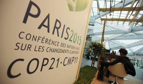 """Letrero anunciando la próxima conferencia sobre el cámbio climático """"París2015"""" en Bonn (Alemania), el 20 de Octubre 2015."""