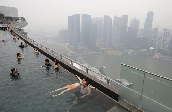 Piscina descubierta en un edificio el distrito financiero de Singapur, donde las autoridades han alertado de la contaminación que causan los incendios provocados en el vecino Indonesia.
