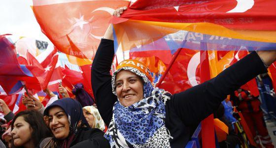 À sombra das crises síria e curda, Turquia decide o futuro de Erdogan
