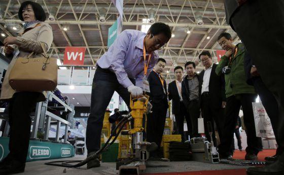 Un trabajador en la Exposición sobre el carbón y la minería en Pekín (China)