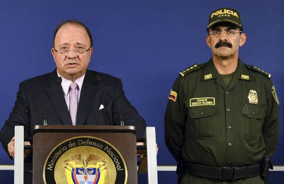 El general Palomino junto al ministro de Defensa, Luis Carlos Villegas.