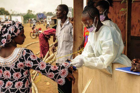 Un equipo médico de Sierra Leona en un control en la frontera con Liberia.