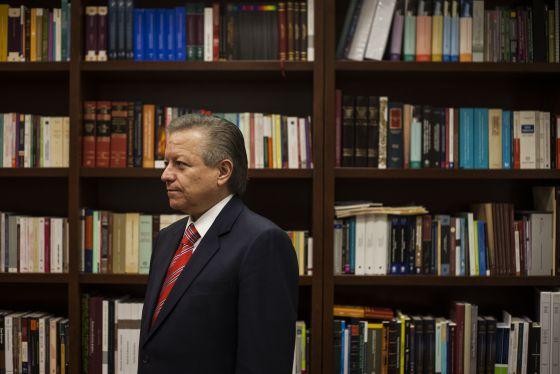El ministro Arturo Zaldívar, en su despacho de la Suprema Corte.