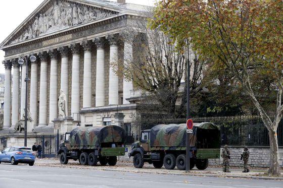 Soldados franceses patrullan el área de la Asamblea Nacional, el sábado.