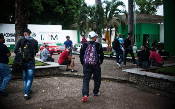 Migrantes cubanos esperan su salvoconducto  delante de la estación Migratoria Siglo XXI  en Tapachula, Chiapas, México 2015