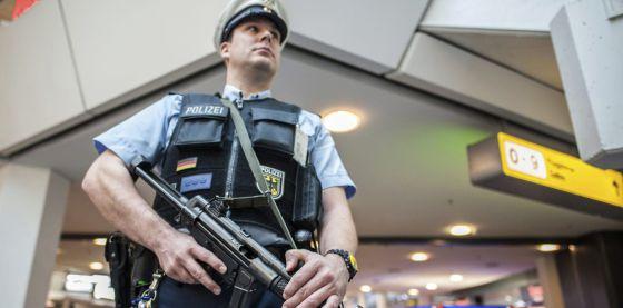 Un policía vigila el aeropuerto Tegel de Berlín