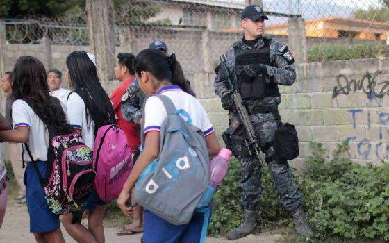 Un militar protege a unos alumnos en Acapulco