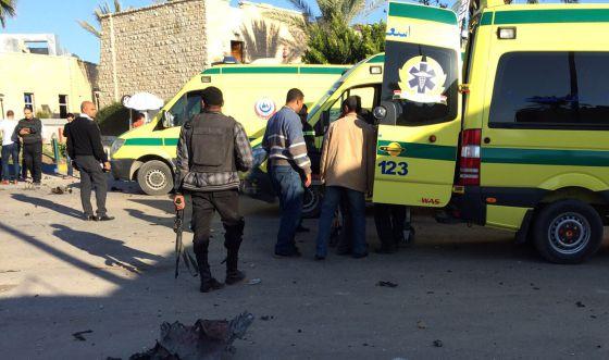 Personal sanitario y policías, frente al hotel atacado en noviembre en el Sinaí