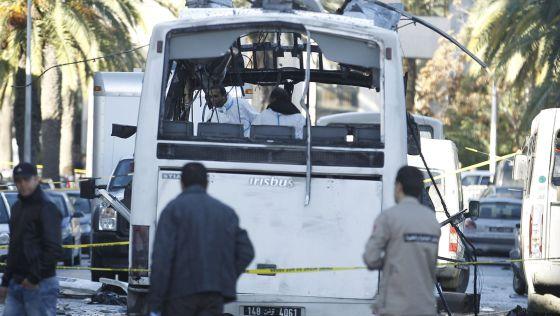 Un equipo de forenses tunecinos en el autobús atacado en Túnez