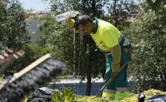 Un jardinero de Madrid se refresca durante la ola de calor de este verano.