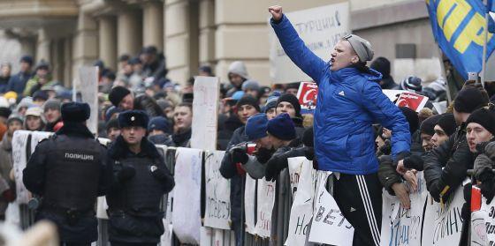 Protesta ante la embajada turca en Moscú por el derribo de un avión ruso