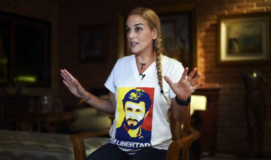 Lilian Tintori, esposa de Leopoldo López, luce una camiseta por su liberación.