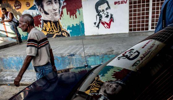 Un hombre camina por el barrio de Petare de Caracas, el 4 de noviembre