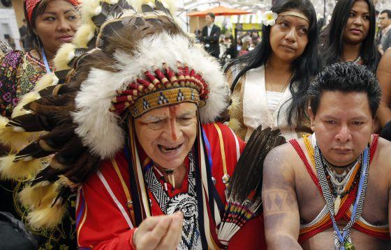 Un nativo de Panamá (dcha.) y otro de Estados Unidos (izda.) asisten a la cumbre del Clima en París (Francia)