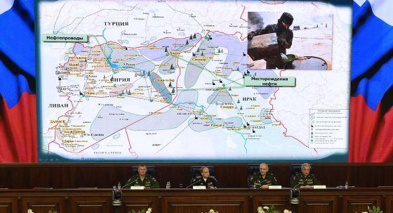 Altos mandos militares rusos muestran un mapa de las rutas del tráfico de petróleo controlado por el ISIS en Siria e Irak.