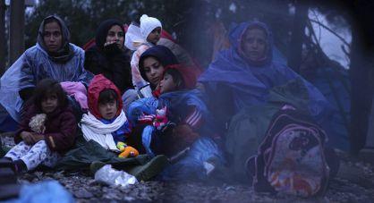 Varias mujeres migrantes aguardan para cruzar la frontera entre Serbia y Macedonia, el 27 de septiembre.