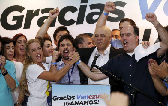 Elecciones Venezuela 2015: Lilian Tintori celebra junto a otros miembros de la MUD la victoria