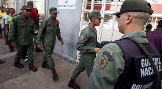 Un grupo de militares en un centro de votación el pasado domingo en Venezuela