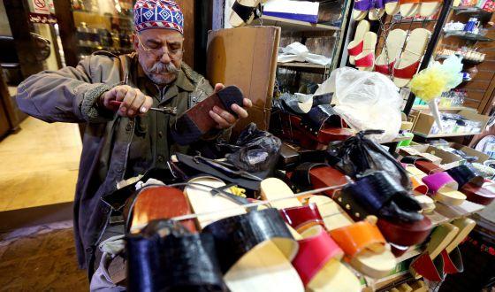 Un zapatero en el popular mercado Hamidiyeh de Damasco, Siria