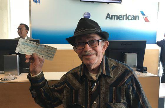 Florial Alonso muestra su tarjeta de embarque para el primer vuelo directo desde Los Ángeles a La Habana, el sábado.