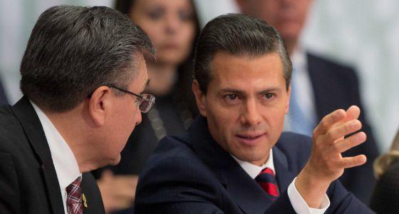 - El presidente mexicano, Enrique Peña Nieto, habla el titular de Comisión Nacional de Derechos Humanos, Luis Raúl González.