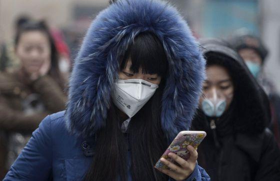 Una mujer en Pekín durante la alerta por contaminación