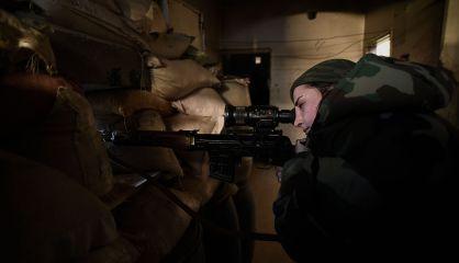 Una de las francotiradores, en el frente de Daraya.