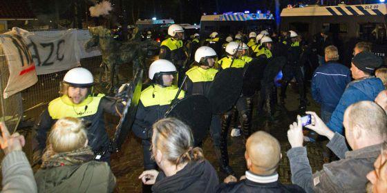 La policía contiene a manifestantes en Geldermalsen, Holanda