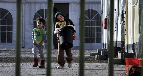 Dos niños en un centro de refugiados en Atenas