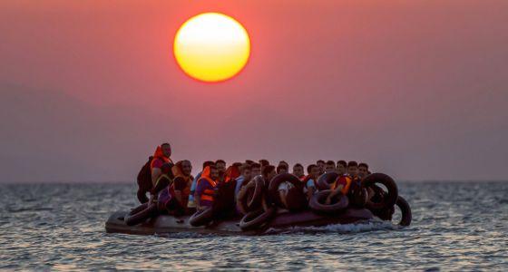 Una barcaza con inmigrantes frente a Grecia.