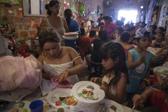El comedor Pekenitos, de la localidad bonaerense de Rafael Calzada, este miércoles en una celebración navideña.