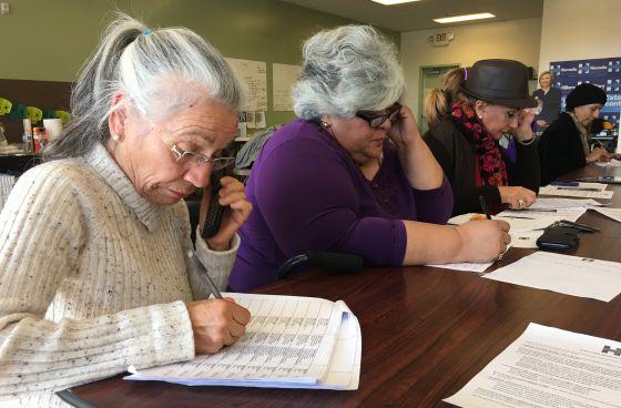 Voluntarias hispanas llamando a sus vecinos en nombre de Clinton, en Las Vegas.