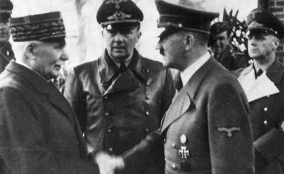 Hitler estrecha la mano de Pétain, en Francia, en octubre de 1940