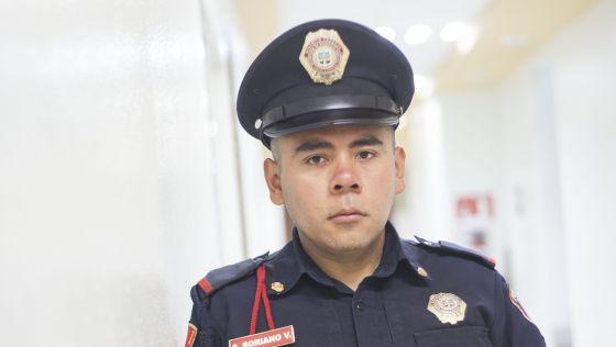 El agente Sergio Soriano en la sede de la Secretaría de Seguridad del DF.