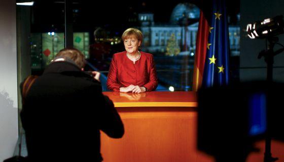 La canciller posa tras la grabación del discurso.