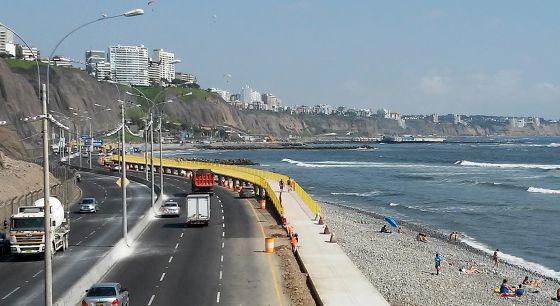 Vista de la playa La Pampilla, en Lima, donde se construye el malecón rodeado por una valla amarilla.