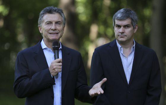El presidente de Argentina, Mauricio Macri, y su jefe de Gabinete de Ministros, Marcos Peña, el encargado de anunciar la reforma de los medios.