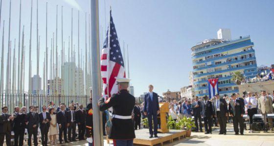 Kerry asiste al izado de la bandera de Estados Unidos.