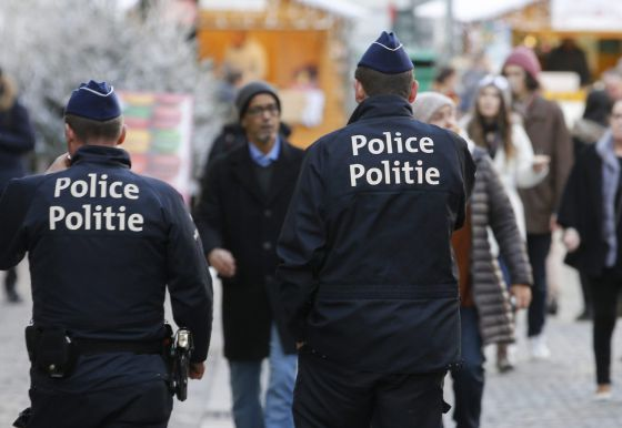 Dos policías en un mercado navideño de Bruselas.