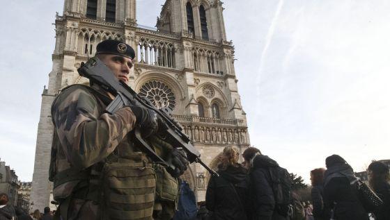 Un soldado patrulla junto a la catedral de Notre Dame en París el miércoles.