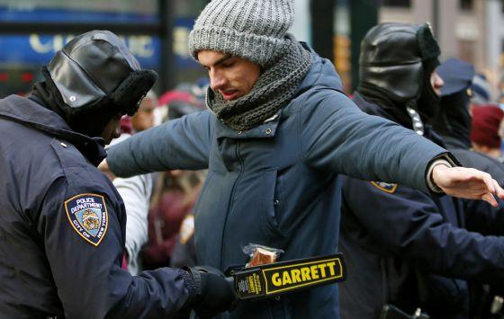 Un policía registra a un hombre en Times Square, en Nueva York.