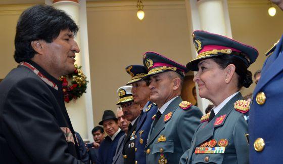 El presidente Evo Morales saluda a Gina Reque Terán.