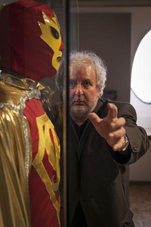 Marco Rascón y su personaje, SuperBarrio, en el Museo del Estanquillo.